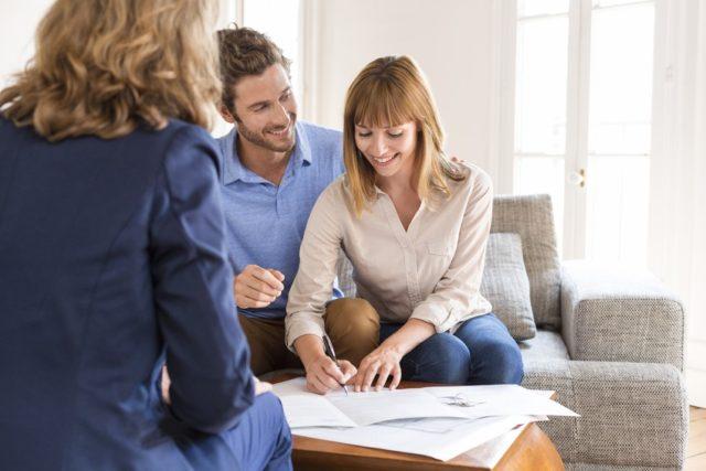 para podpisuje umowę mdm w obecności pośrednika kredytowego