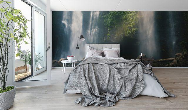 duża fototapeta w sypialni z motywemwodospadu